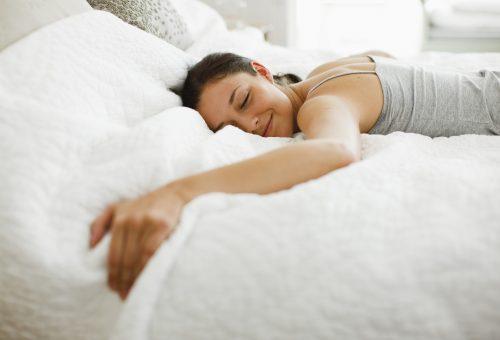 Az oldalunkon alvás tényleg egészségesebb?