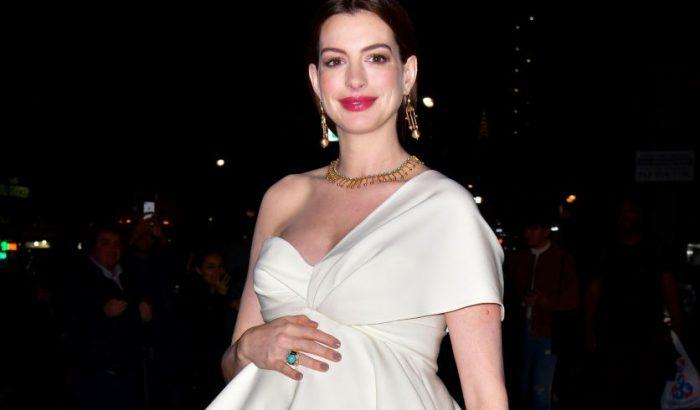 Anne Hathaway-nél nincs tündöklőbb kismama