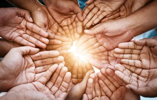 Kinek adunk szívesen? Az adakozás pszichológiája