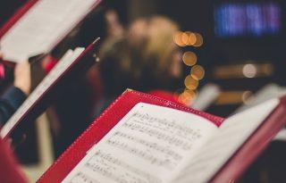 A tudomány szerint a karácsonyi dalok tényleg boldoggá tesznek
