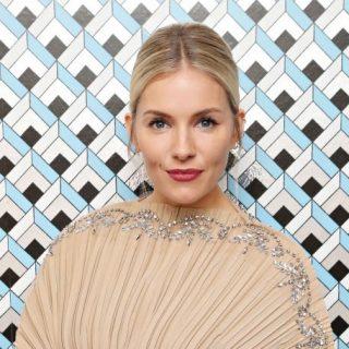 Sienna Miller álomszép Gucci-ruhában vett át díjat