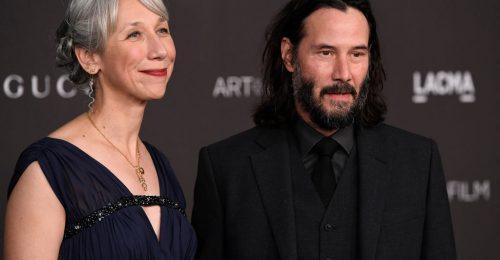 Miért sokkol mindenkit, hogy Keanu Reeves korban hozzáillő nőt választott?
