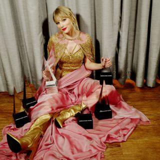 Taylor Swift rekordot döntött és kiállt a nőkért az AMA-gálán