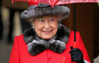 Erzsébet királynő le is mond a szőrméről, meg nem is
