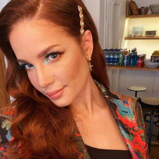 A legszebb rézhajat villantotta a fiatal énekesnő