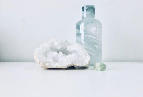 A Marie Kondo-összeesküvés: kristályokat a kidobott tárgyak helyére!