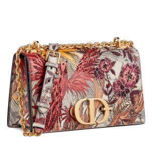 Új köntöst kapott a Dior ikonikus táskája
