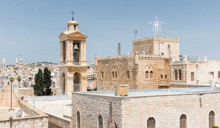 Karácsony Betlehemben: ítéletidő, gépfegyverek, éjféli mise a palesztin elnökkel