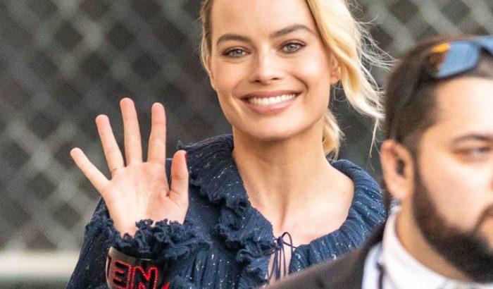 Margot Robbie markáns karpereccel értelmezte újra a karácsonyi szettjét