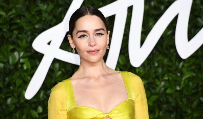 Emilia Clarke látványos, sárga ruhában ragyogott a vörösszőnyegen