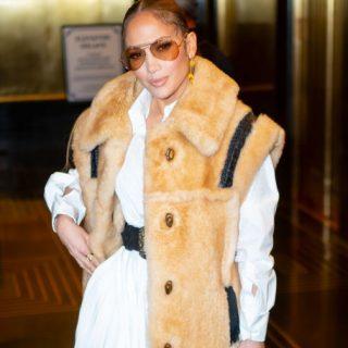 Jennifer Lopez népviselethez hasonló szettben vonult