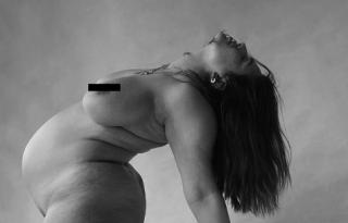 Művészi meztelen képen pózol a terhes Ashley Graham