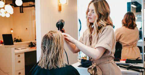 A hajfestés és hajegyenesítés növelheti a mellrák kockázatát