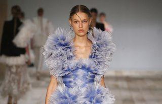A jövő divattervezőit tanítja a londoni Alexander McQueen kiállítás