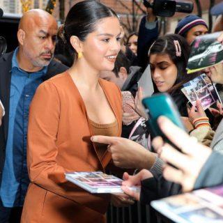 Selena Gomez rozsdanarancs nadrágkosztümben