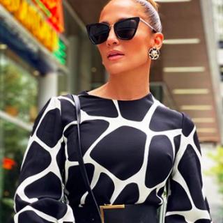 Jennifer Lopez divatba hozza a zsiráfmintát?