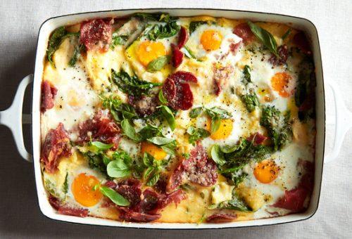 Tepsiben sült tojásos polenta reggelire vagy vacsorára