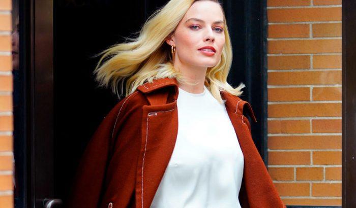 Margot Robbie gyönyörű vérnarancsszínű kabátját mi is elfogadnánk