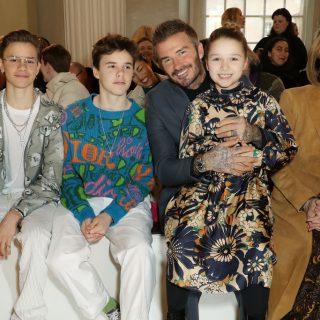 Az első sorból szurkolt Victoria Beckham családja a londoni divathéten