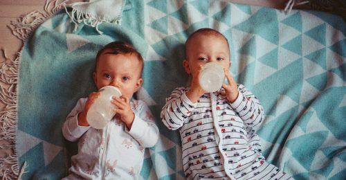 A kisbabák megosztják egymással az ételt