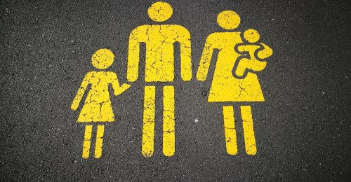 A fiatal férfiak méltatják a nemi egyenlőséget, de továbbra sem porszívóznak