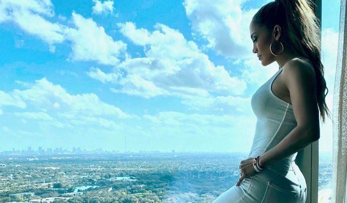 Jennifer Lopez újra divatba hozza a csípőnadrágot
