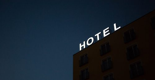 Kórházzá változnak a hotelek a világ körül