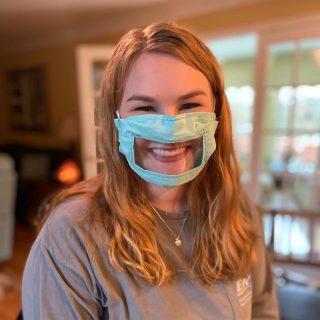 Egy diák maszkot készített a szájról olvasáshoz