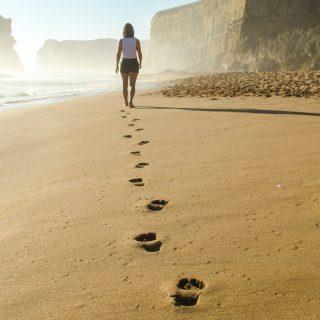 Nem tudsz ülni meditáció közben? Próbáld ki a sétáló meditációt!