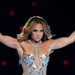 Jennifer Lopez újra divatba hozza a hófehér sportcipőt
