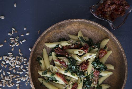 Napi receptsztori: spenótos-paradicsomos tészta pirított fenyőmaggal