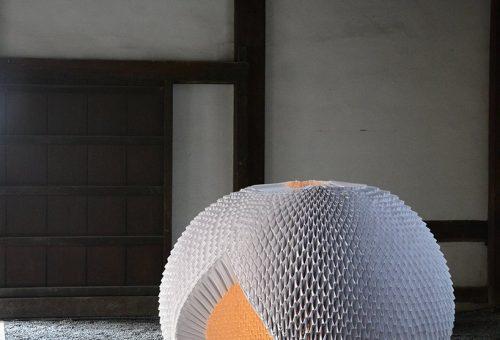 Ez a papírból készült teakunyhó a zen oltára