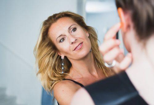 Hogyan sminkeljünk egy home office videokonferenciához? – videóval