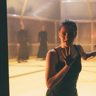 Amikor balettrúd helyett a széktámla is megteszi: táncművészek a karanténban