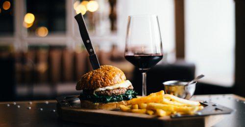 A hamburgerekhez is dukál a jó magyar bor