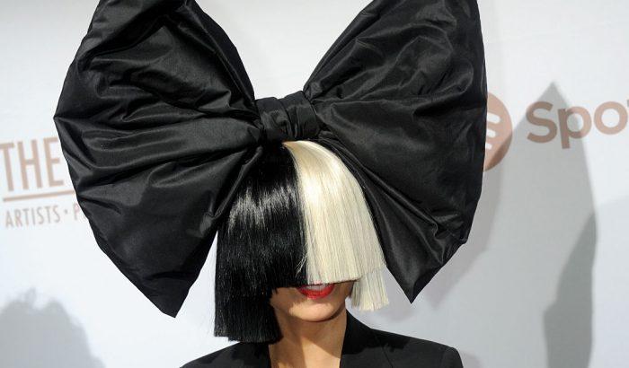 Sia két 18 éves fiút fogadott örökbe