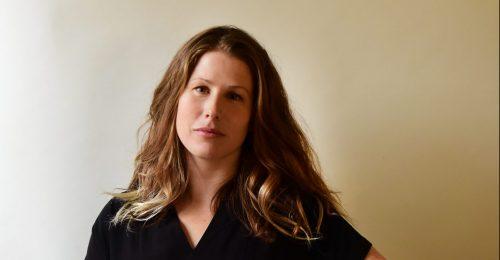 """""""Nem voltunk felkészülve a koronavírus nőket érintő hatásaira"""" – interjú Caroline Criado Perezzel, a Láthatatlan nők szerzőjével"""
