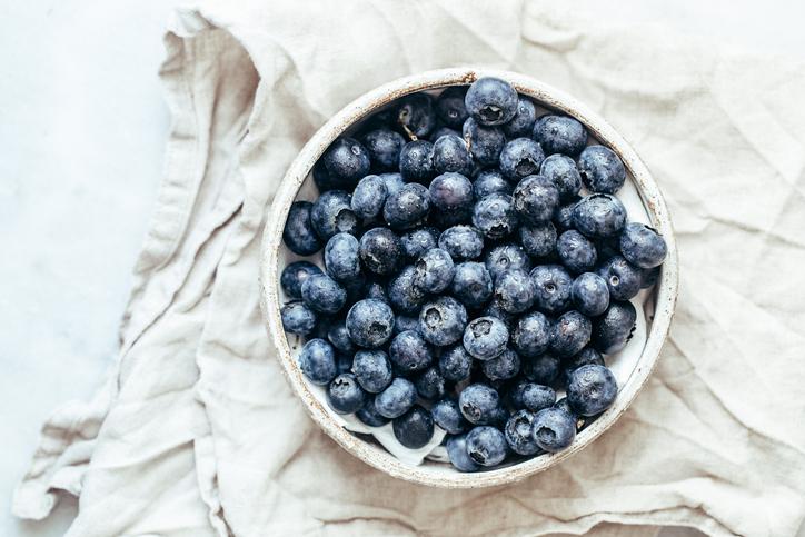 3+1 mennyei áfonyás recept a könnyed nyári salátától a gyümölcsös proseccóig