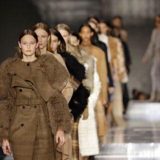 Közönség nélkül tartja őszi divatbemutatóját a Burberry