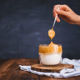 Szintet lépett a dalgona kávé: ezúttal egy kis alkoholra öntve hódít