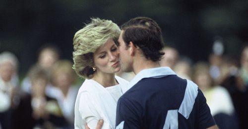 Károly herceg virágokkal tiszteleg Diana emléke előtt?