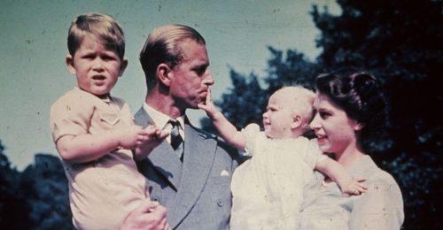 Fotókon Fülöp herceg életének néhány kiemelkedő pillanata a görög gyerekkortól egészen 99 éves koráig