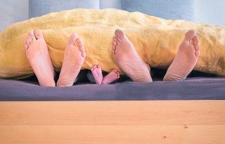 44 napnyi alvást veszítenek az újdonsült szülők az első évben