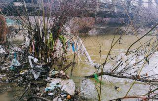 """""""Előfordul, hogy egy terület annyira szennyezett, hogy ropognak a palackok alattunk"""""""