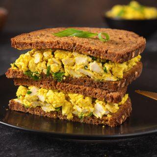 """Isteni vegán"""" tojásos"""" szendvics, ami éppen olyan krémes és fűszeres mint az eredeti"""