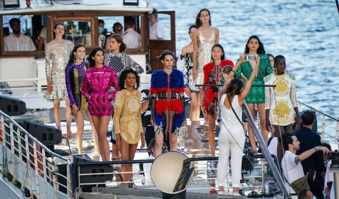 A Szajnán tartotta haute couture show-ját a 75 éves Balmain
