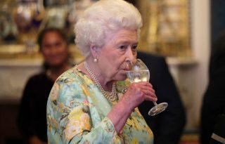 II. Erzsébet királynő bemutatta saját ginjét