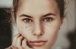 Szépségtrükk bevállalósoknak: élethű szeplők hajtőspray-vel