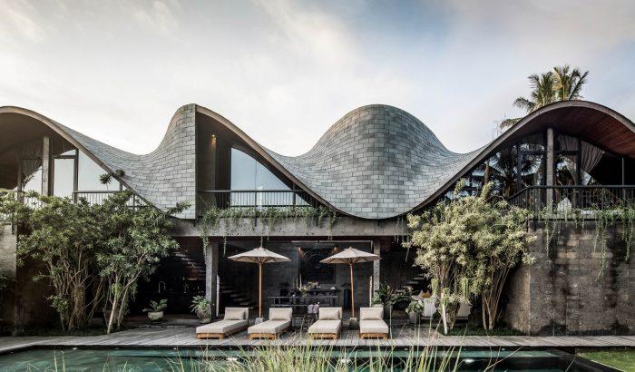 Hullámzó tetőszerkezet és visszafogott luxus a trópusi álomházban