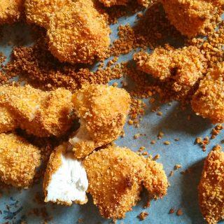 Hagyományos panír helyett itt a quinoabundába forgatott csirke